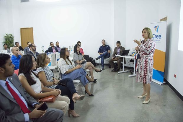 Juliannie Guerrero, directora general de Sostenibilidad y Responsabilidad Social de Banreservas, habla a los emprendedores en el cuarto programa de pre-aceleración.