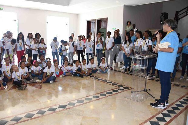 La directora general de Recursos Humanos, Milagros Peralta se dirige a  niños, niñas y adolescentes del Campamento Infantil  ''Culturín 2019''.