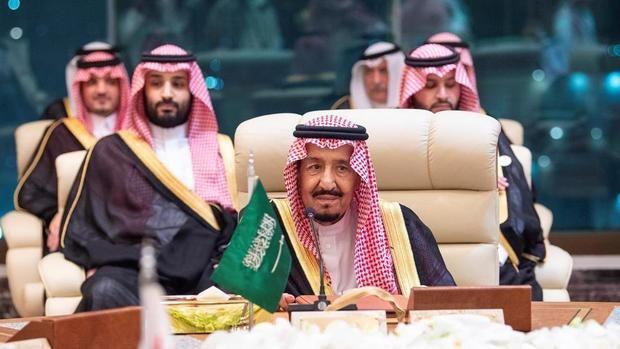 El rey de Arabia Saudita Salman bin Abdulaziz Al Saud y al Príncipe heredero de la Corona de Arabia Saudita Mohammad bin Salman) durante el Consejo de Cooperación del Golfo.