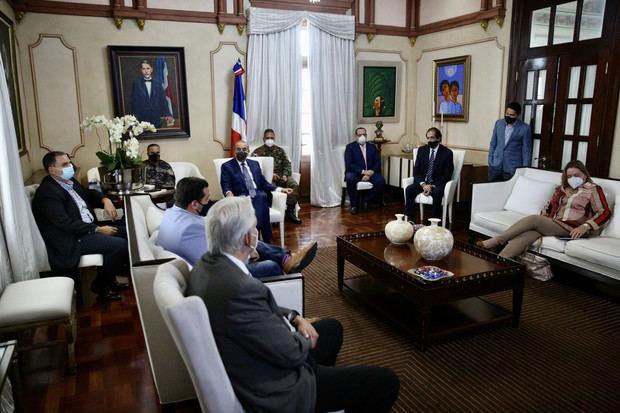 Danilo Medina se reune con la comisiòn Covid 19.