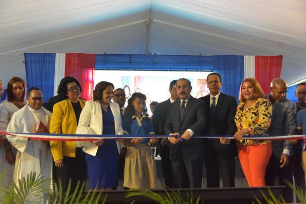 Danilo Medina, entrega dos modernos centros educativos en los sectores La Canela y Hato Nuevo, los cuales albergarán a 1,610 estudiantes en 49 nuevas aulas.