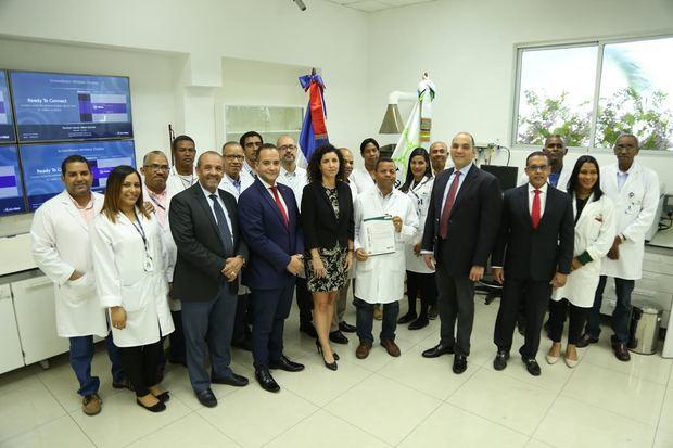 Equipo del Laboratorio de la DGA junto al director general de Aduanas mostrando certificación ISO 9001-2015.