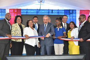 Danilo Medina acompañado del ministro de Educación, Antonio Peña Mirabal, de otros funcionarios de su administración en el acto de inauguración.