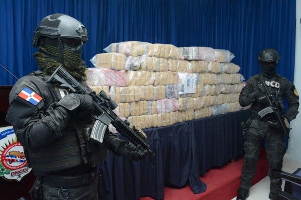 DNCD apresa dos hombres y ocupa 97 paquetes de sustancia presume es cocaína