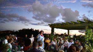 Chiqui Vicioso, se dirige a los congregados para la formación del Comité de Amistad con Puerto Rico.