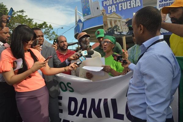 Realizan plantón por la destitución del presidente Danilo Medina