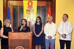 Ylonka Nacidit Perdomo habla sobre la exposición. A su lado Myrna Guerrero, Maribel Bellapart, Alejandro Abellán y Eduardo Selman, ministro de Cultura.
