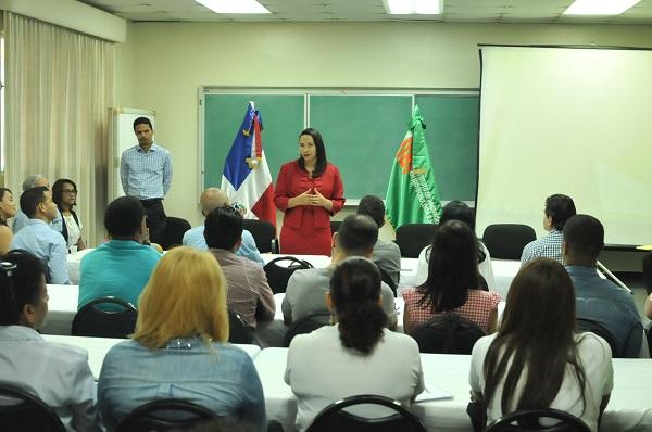 Agripina Ramírez en reunión con beneficiarios