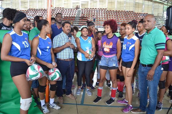 Alcaldía Los Alcarrizos entrega utilería deportiva torneo superior voleibol femenino 2018