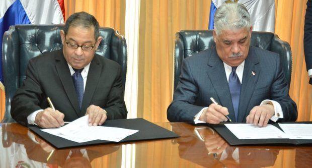 Firman acuerdo que establece protocolo de registro de actos notariales