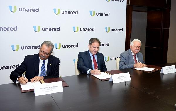 Simón Lizardo Mézquita, administrador general de Banreservas; Gustavo Ariza, vicepresidente ejecutivo de APAP, y Luis Molina Achécar, presidente del Banco BHD León, firman un acuerdo para incorporar a APAP a Unared.