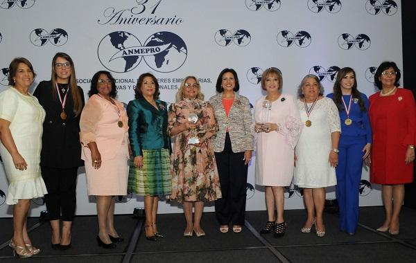Embajadora Rosa Hernández de Grullón recibe reconocimiento de mujeres empresarias