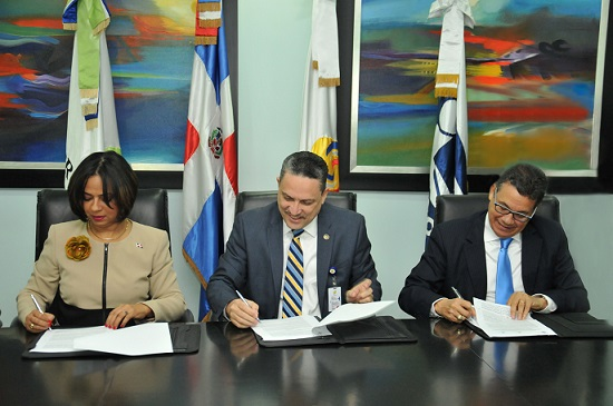 Representantes de las instituciones firman acuerdo.