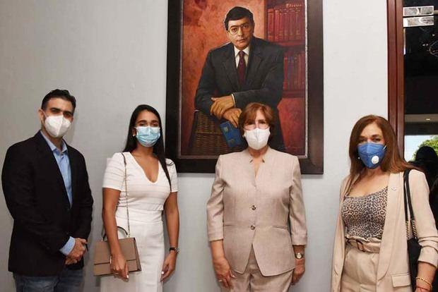 La ministra Carmen Heredia figura en la foto junto a Cristina Margarita de los Santos viuda Sánchez, y los hijos del fenecido intelectual Enriquillo Sánchez: Ramiro Sánchez y Mariana Sá