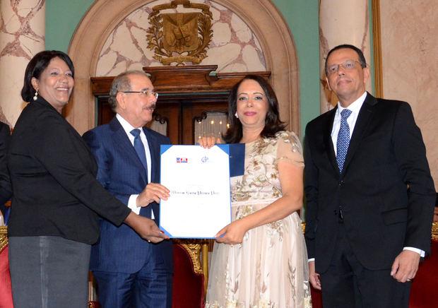 Danilo Medina entrega Premio Nacional de Periodismo 2019 a Emilia Pereyra.