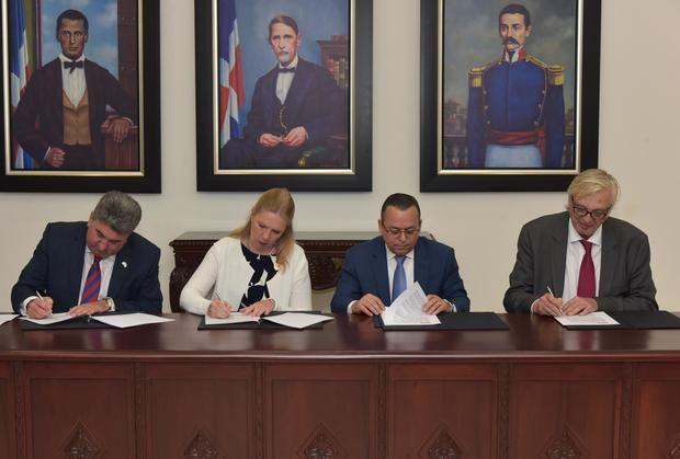 Entidades firman acuerdo para fortalecer la enseñanza del inglés en el país