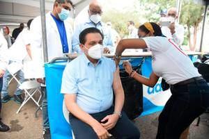 ministro de Salud Pública, Daniel Rivera, le fue administrada este domingo la tercera dosis de la vacuna contra la covid-19.