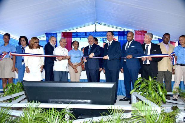 Presidente Medina entrega dos centros educativos en el municipio de Boca Chica