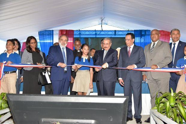 El presidente Danilo Medina acompañado del Ministro de Educación, Antonio Peña Mirabal, junto a otros miembros inaugura los centros educativos.