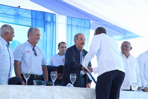 Danilo Medina entrega canal Maguaca a productores del Bajo Yaque del Norte