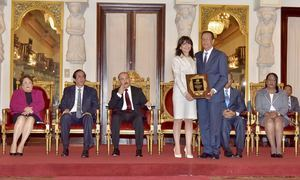 El jefe del Estado entregó la medalla de oro en el grado de Honor Pedro Henríquez Ureña y una dotación de 500 mil pesos, a la profesora Tammi González.