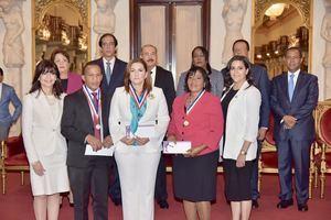 Danilo Medina, vicepresidenta de la República, Margarita Cedeño de Fernández y del ministro de Educación, Antonio Peña Mirabal, entregó este viernes el Premio Presidencial a la Excelencia Magisterial Ercilia Pepín.