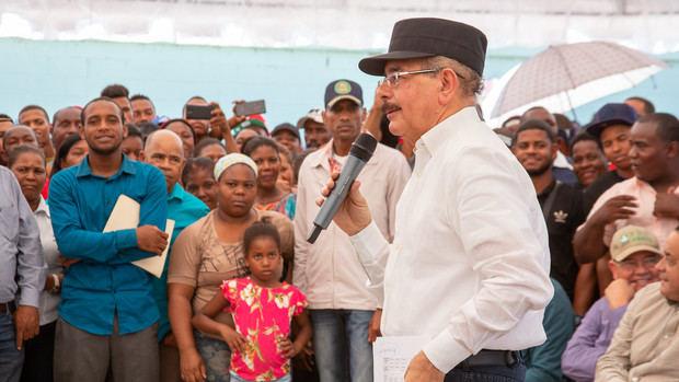 Danilo aprueba crédito solidario a 540 agricultores y donación panaderías en Azua