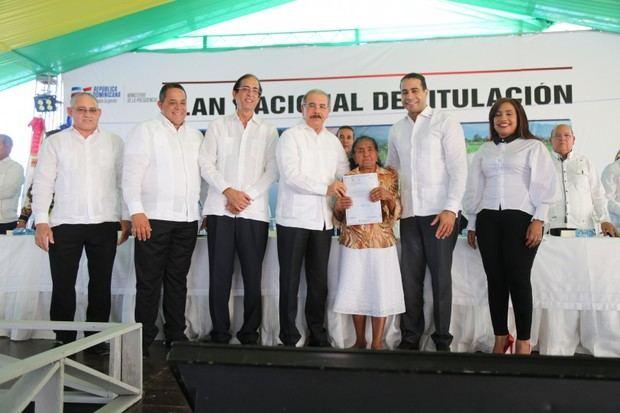Presidente Medina entrega 865 títulos propiedad a productores de Montecristi