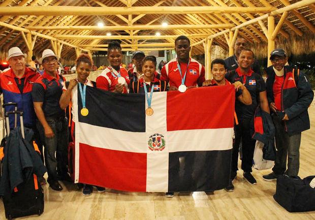 Delegación dominicana de Pesas en su retorno al país.