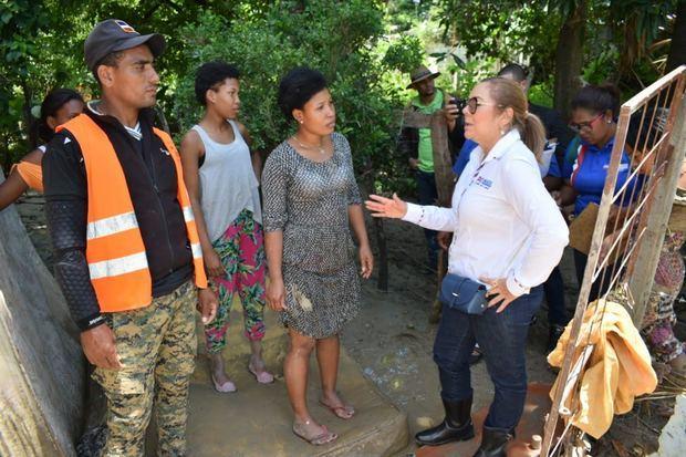 Iris Guaba, Directora del Plan de Asistencia Social de la Presidencia (PASP), se trasladó a las zonas afectadas por el desborde del río Macasías.