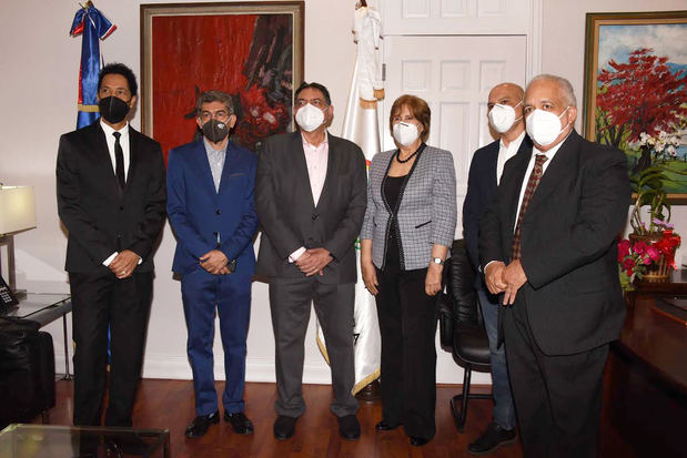 Bonny Cepeda, Juan Mubarak, Gamal Nasser Michelén, Carmen Heredia, Luis Amaury Sánchez y Giovanny Cruz.