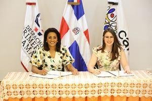 Acto de firma de Convenio, Cándida Montilla de Medina y Raquel Brea Bermúdez.