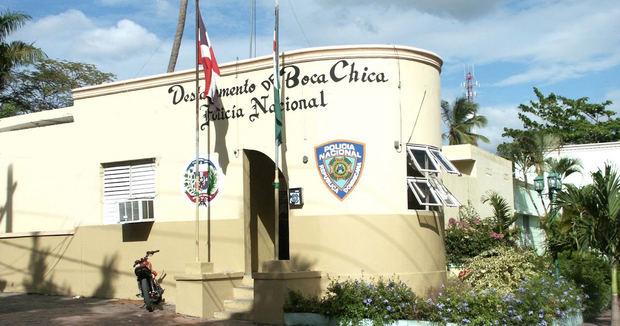 Policía destituye a su comandante en Boca Chica por amenazas a periodistas