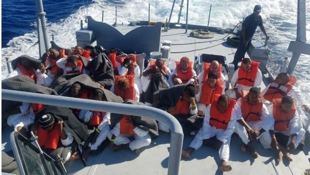 Agentes de Aduanas y Protección Fronteriza de Estados Unidos (CBP, en inglés) junto a guardabosques del Departamento de Recursos Naturales y Ambientales de Puerto Rico, detuvieron este viernes a 39 dominicanos que desembarcaron en la playa de Mujeres en la isla de Mona.