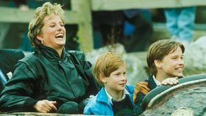 Diana junto a sus hijos en un parque de diversiones.