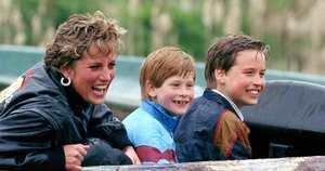 Diana de Gales junto a sus hijos durante su visita a un parque de diversiones.