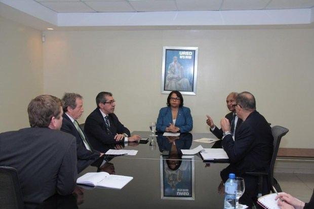 El embajador de Francia visita a la rectora de la UASD para retomar acuerdos