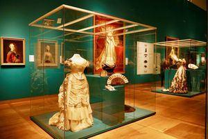 Unos 300 objetos de valor de la dinastía Romanov (1613-1917), que incluyen el espejo doble de la emperatriz Catalina la Grande y una diadema de la zarina María Fjodorovna, brillan desde este sábado en el Hermitage de Ámsterdam en la exposición de celebración de su décimo aniversario.