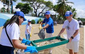 Representantes de las embajadas de los Países Bajos, Alemania y la Unión Europea se unieron para limpiar la playa de Güibia en Santo Domingo.