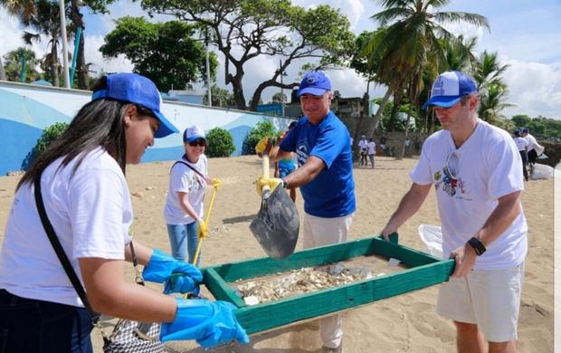 Diplomáticos se unen para limpiar playa Güibia