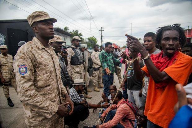 Decenas de personas fueron registradas este miércoles al protestar, mientras la Cámara de los Diputados de Haití debatía si abría un juicio político con miras a la destitución del presidente, Jovenel Moise, por presuntos actos de corrupción, en Puerto Príncipe, Haití.