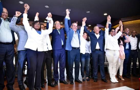 El vocero de los diputados del PRD abandona el partido y se juramenta en PRM