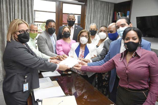 Diputados de seis partidos reintroducen Código Penal