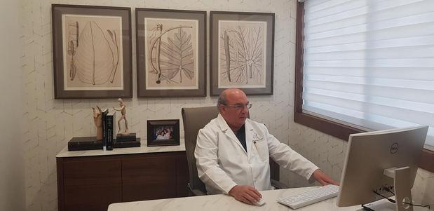 Doctor Rafael Alba Feriz en su consultorio.