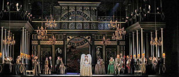 Ópera Roberto Devereux de Donizetti, protagonizado por Sondra Radvanovsky como la reina Isabel I.