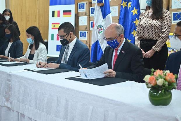 Seis países europeos donaron al Gobierno dominicano equipos médicos y de protección personal y de desinfección para el combate al coronavirus.