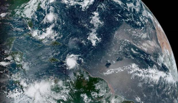 Fotografía cedida este miércoles por la Administración Nacional Oceánica y Atmosférica (NOAA) por vía del Centro Nacional de Huracanes (NHC) donde se muestra el paso de la tormenta tropical Dorian por el Caribe.