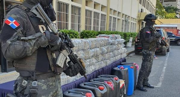 Decomisan 231 paquetes de presunta cocaína y arrestan a seis hombres en Azua.