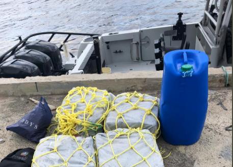 Autoridades se incautan de 105 paquetes de droga en la costa de Cumayasa