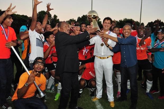Osiris Guzmán presidente de la Fedofutbol; Félix Ledesma, director de la LDF; y Manuel Estrella, presidente del equipo Cibao FC, tuvieron a su cargo la premiación final del evento.